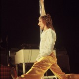Rod Stewart Does the Splits